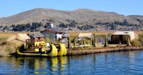 Islas de los Uros. Barca, Poblado y Montañas