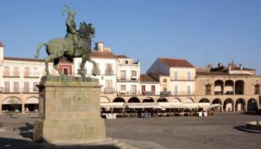 Plaza Mayor. Monumento a Pizarro y Soportales
