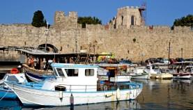 Rodas. Barca de Pescadores y Murallas del Puerto