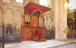 Cátedra en el interior de la Catedral de Poitiers