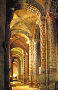 Naves con bóvedas de arista, y columnas polícromas