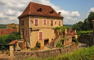 Casa típica con tejado a cuatro aguas