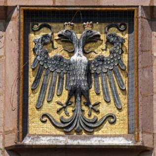 Emblema Imperial sobre las puertas de la Ciudad