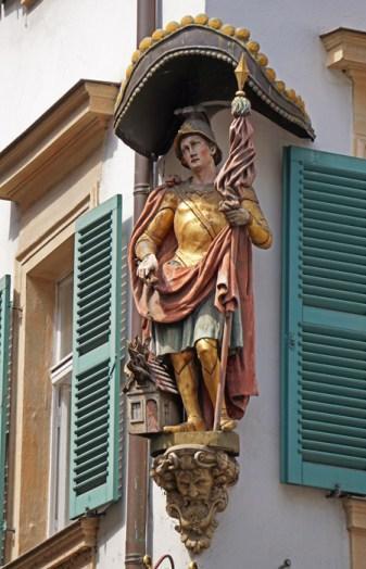 Santos y Madonnas decoran esquinas
