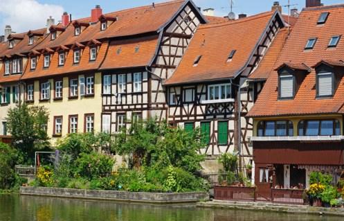 Casas tradicionales se alinean en la orilla derecha del Regnitz
