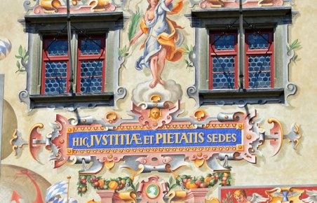 Inscripción latina en los frescos