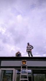 Alejandro y Carlos arreglando el techo y las mil goteras que dejaron los demás