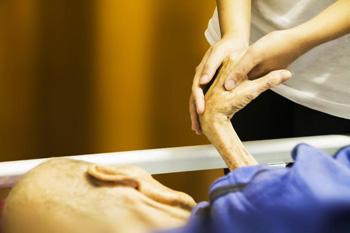 Main donnée à une personne malade