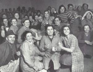 """Gennaio 1948. Operaie della """"Barbieri & Burzi"""" nella fabbrica occupata."""