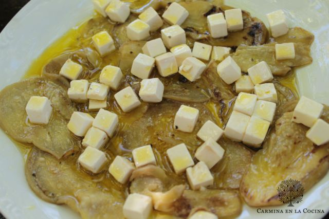 Berenjenas aliñadas, con queso feta