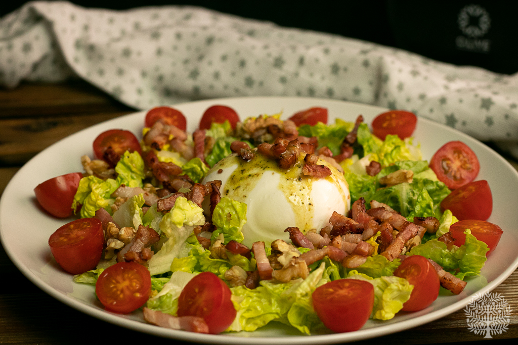 Ensalada de burrata con bacon y vinagreta de anchoas