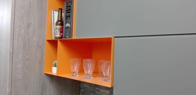 cucina lineare - dettaglio pensile metallo