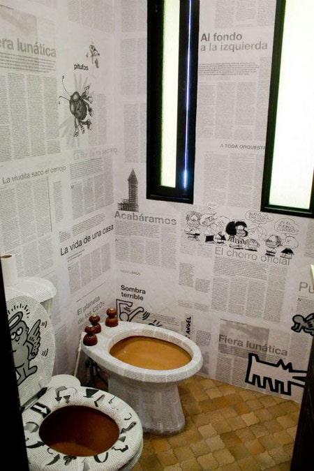 des toilettes en papier peint de journaux