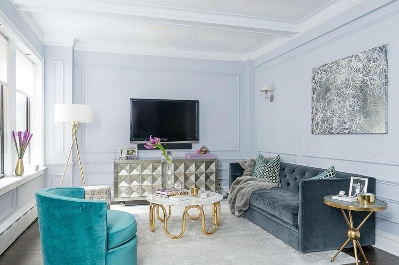 un salon gris et bleu aux touches