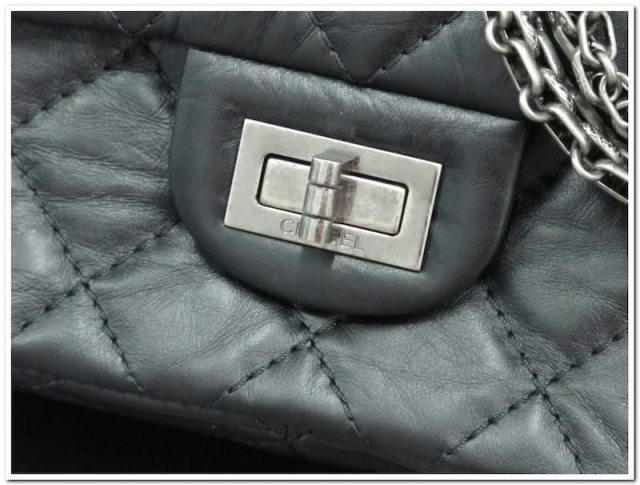 Chanel 2.55 detail