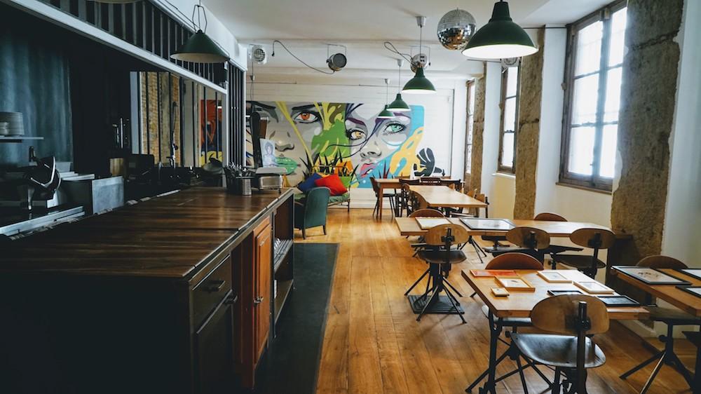 Visite du bar et restaurant le Café des Trois à Lyon
