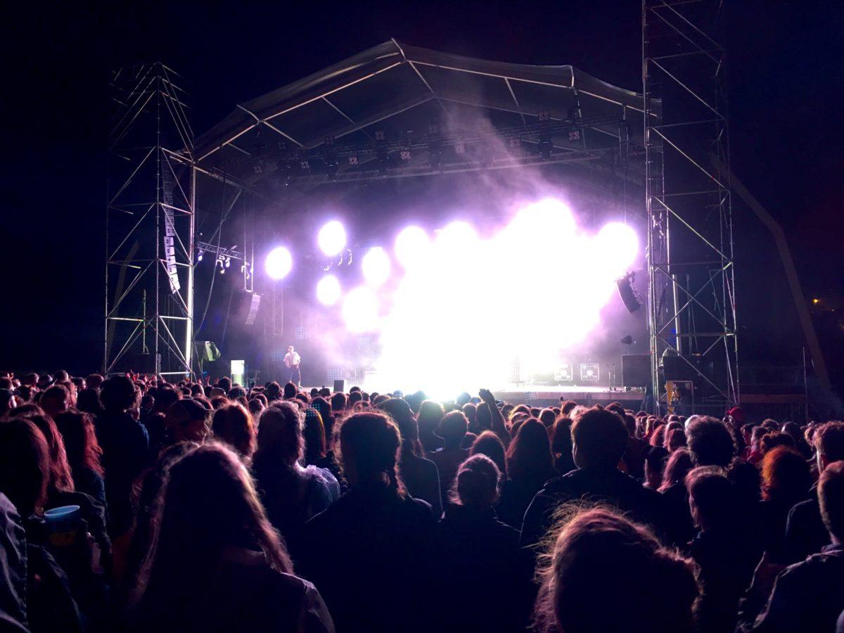 Eddy de Pretto sur la scène de Biarritz en été