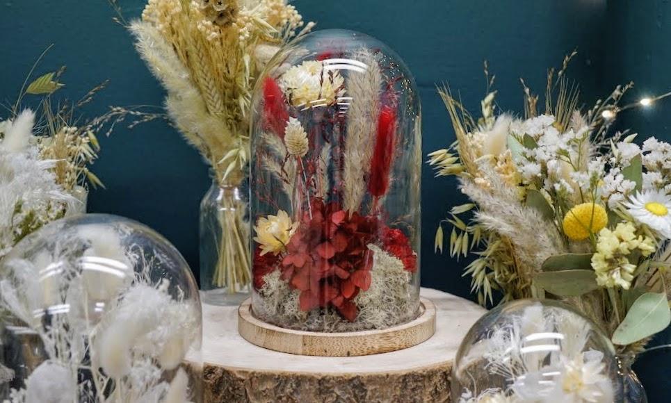 fleurs séchées sous cloche à l'atelier Pimpantes à Lyon