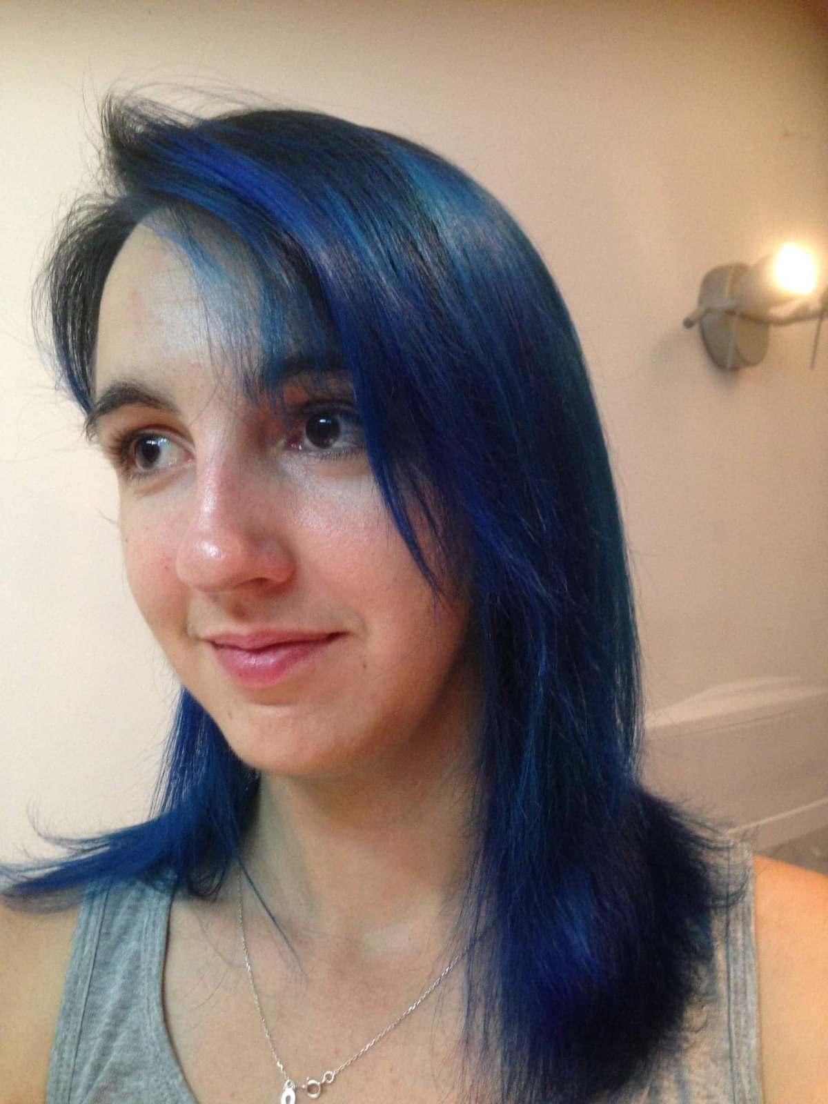 cecile cheveux bleus