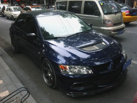 Spotted in China: Mitsubishi EVO 8 is Pimped in Blue