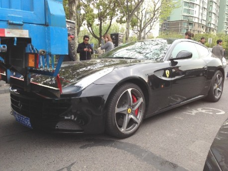 Ferrari FF hits a truck in China, on a Bicycle Lane
