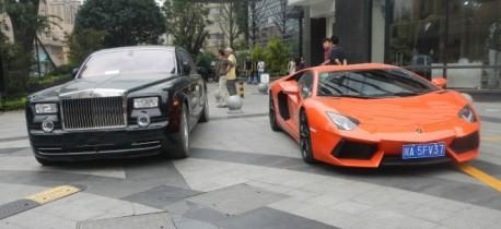 Rolls-Royce Phantom poses with Lamborghini Aventador in China