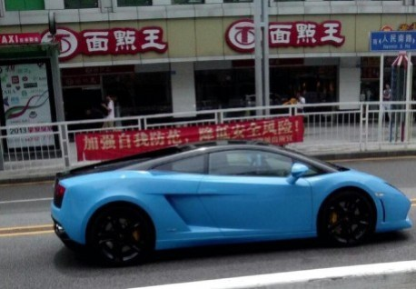 Lamborghini Gallardo is baby blue in China