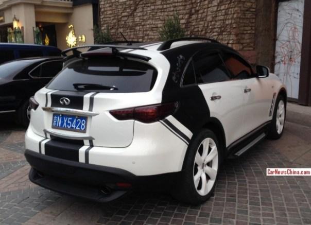 Infiniti FX45 is matte white & matte black in China