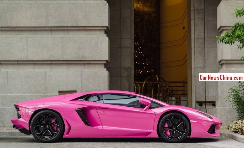 the wrap seems to be of the highest quality and is neatly extended over the bumpers mirrors and door handles the air inlets are in carbon black for - Lamborghini Black And Pink