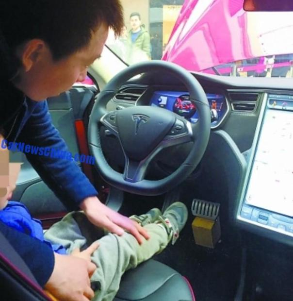 tesla-shopping-mall-crash-china-1a