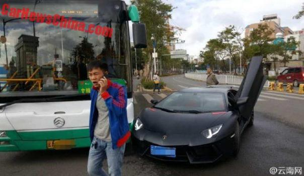 aventador-crash-bus-2