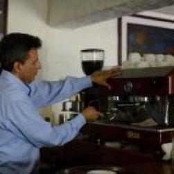 Barista aplicando las 4 M del espresso bar