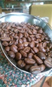 Café tostado en grano, saber comprarlo es muy importante. café producido en la finca Los Nonnos de Caroai Café.