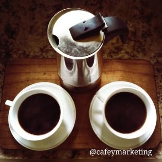 Moka pot o greca italiana y dos tazas de café