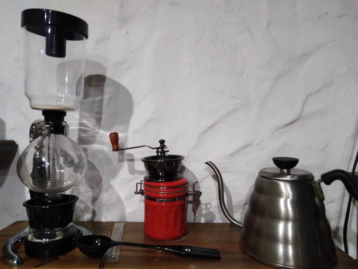 Cafetera sifón acompañada de un molino manual y una tetera accesorios de lujo para un amante del café especiall