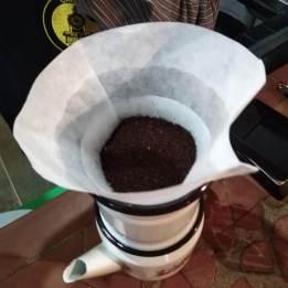 Café molido en filtro de papel listo para ser filtrado
