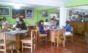 Las personas se reúnen a tomar café y conversar en las coffeeshops. Las medidas de cierre las afectan.