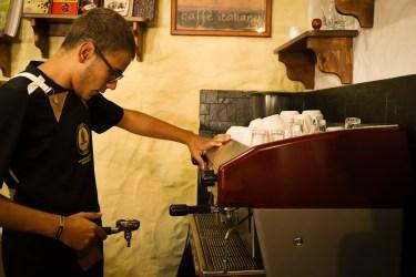 Barista en una tienda de tercera ola calibrando su espresso.