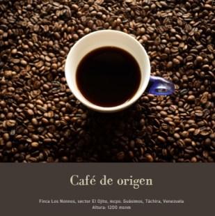 Taza de café sobre granos de café tostado. Caroai Café es una experiencia sensorial y cultural