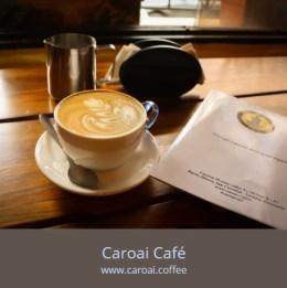 Cappuccino servido en una cafetería de especialidad.