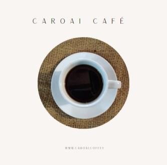 Taza de café negro sobre saco de fique. Refleja la reseña histórica de Caroai Café