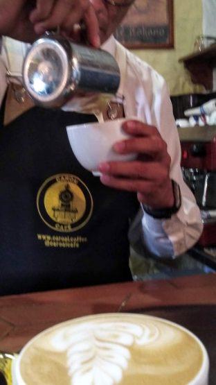 Preparación de cappuccinos en Caroai Café