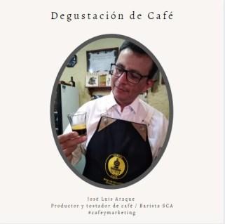 Barista degustando café