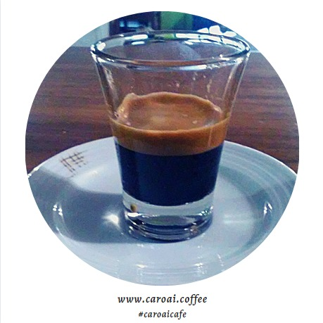 Espresso presentado en vaso de vidrio