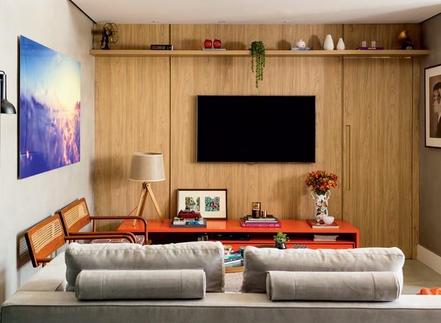 sala-tv-sofa-quadros-rack-painel
