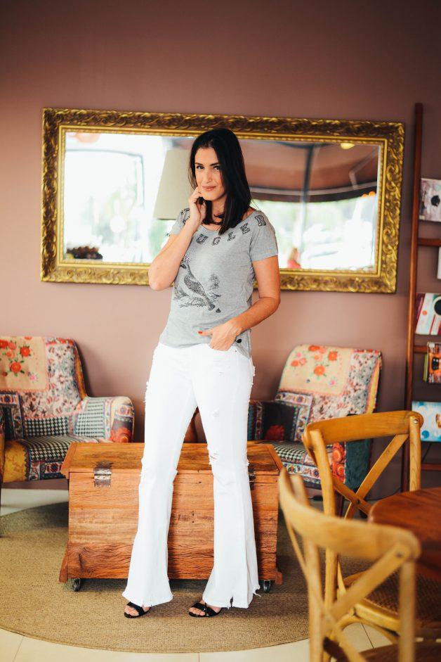 look com calça off white e t-shirt bordada