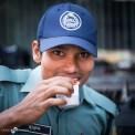 In Bangladesch haben auch die männlichen Polizisten rot lackierte Fingernägel