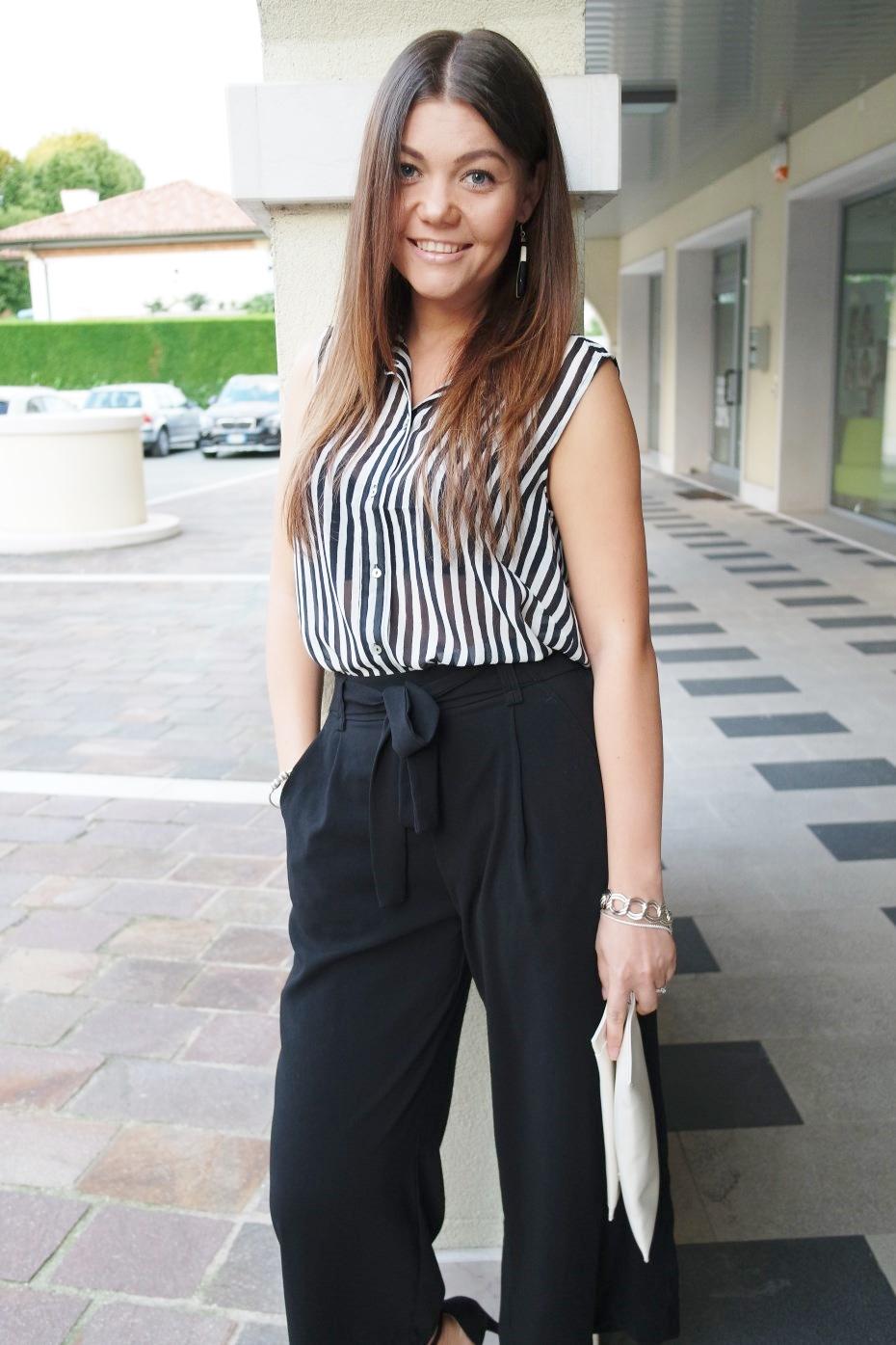 Pantaloni culottes ed una camicia a righe