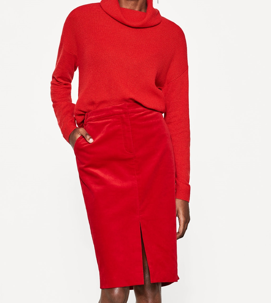 Gonna rosso abbinata a maglione rosso