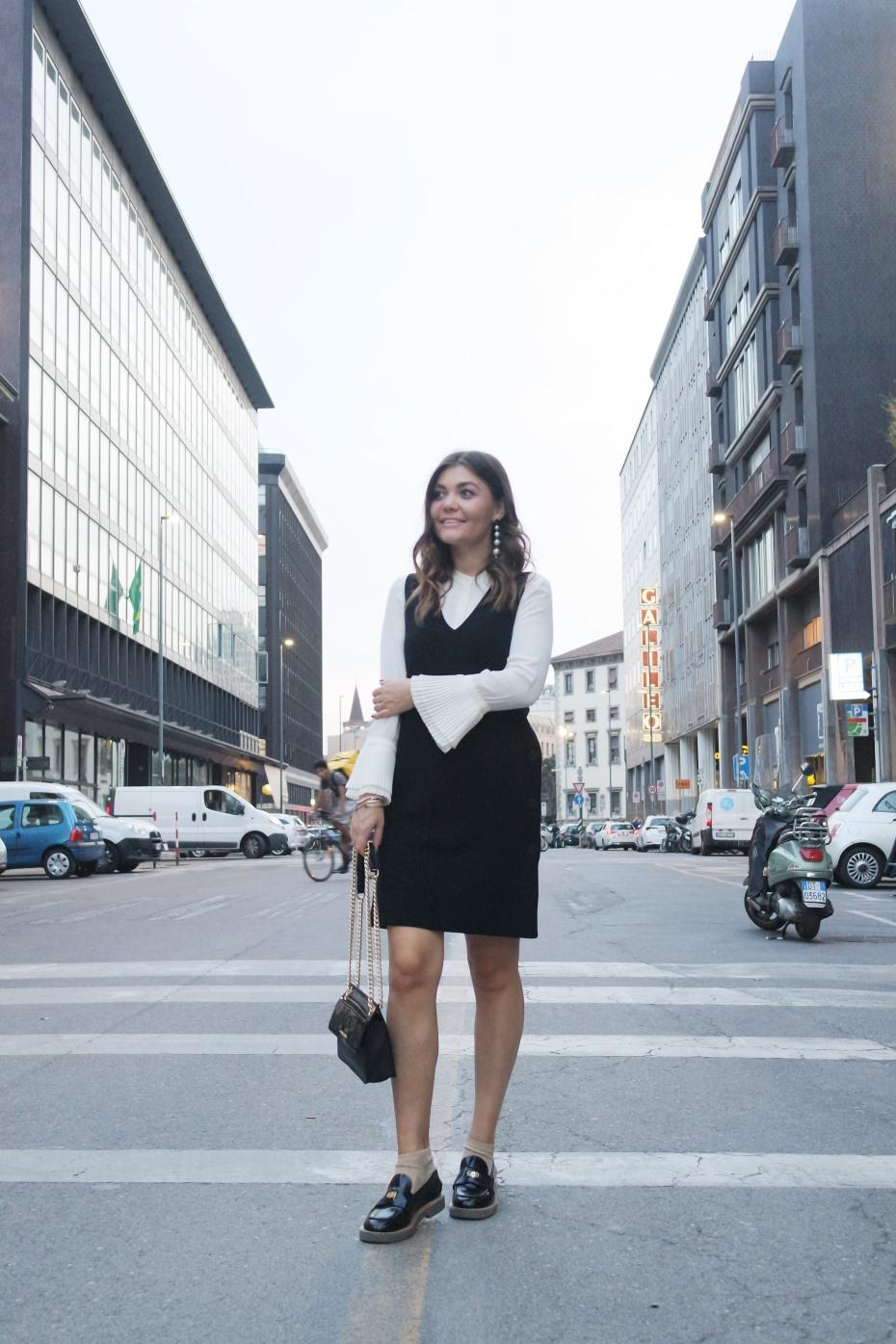 Vestito nero corto con camicia bianca